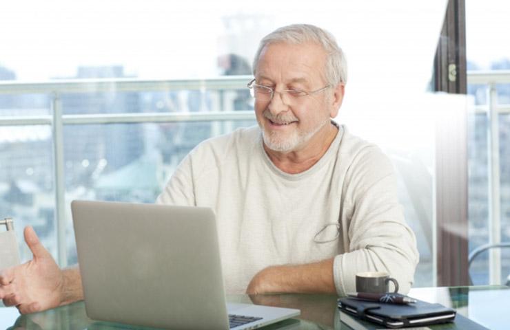 オンライン英会話レッスンを楽しんでいるおじいちゃん