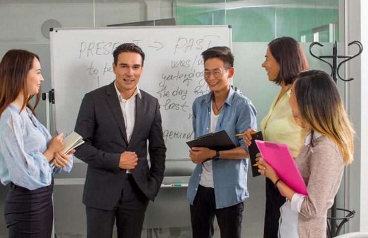 英会話スクールで話している先生と生徒たち