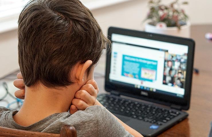 パソコンでオンライン英会話レッスンツールを使用している女性