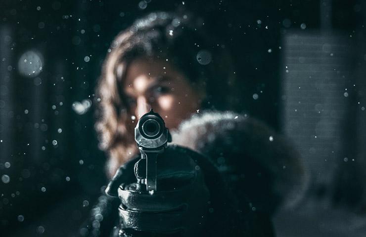 女性が銃を持っているところ(La casa de Papelのイメージ)