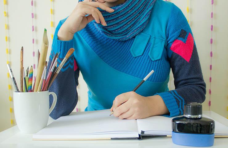 ノートで勉強している女性