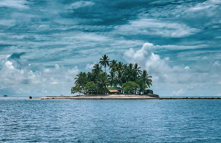 夢の島に船で到着するイメージ写真