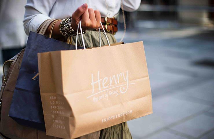 ショッピング袋を持ってショッピングをしている女性
