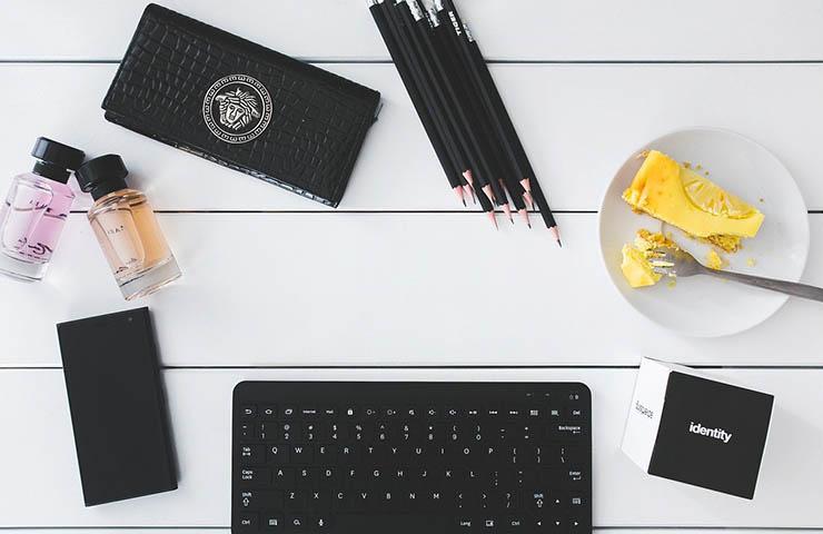 コンピューター用のキーボードとペン