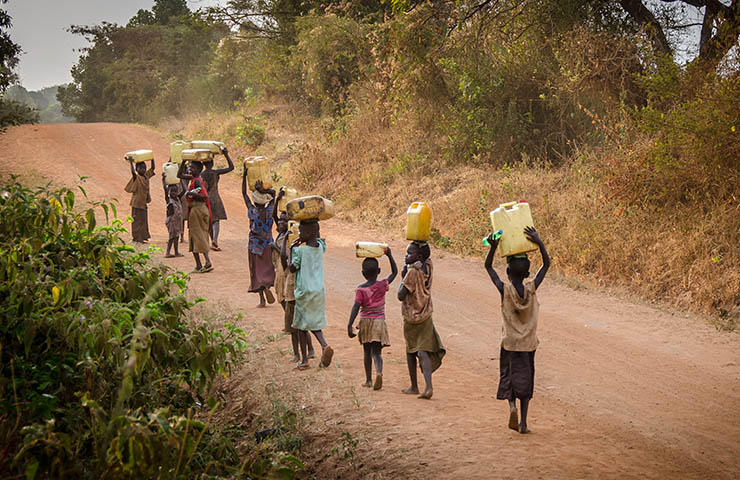貧困国で働いている小さな子供たち