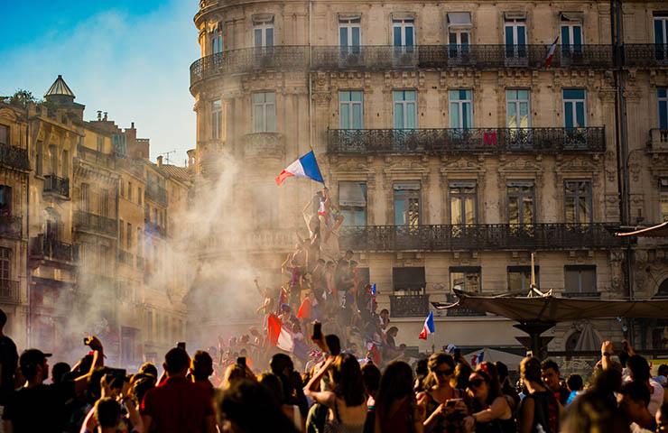 フランスでデモクラシーを行なっている革命家たち