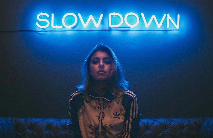 「Slow down」の文字