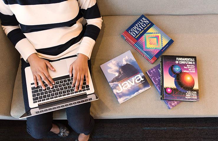専門的な本で勉強している女性