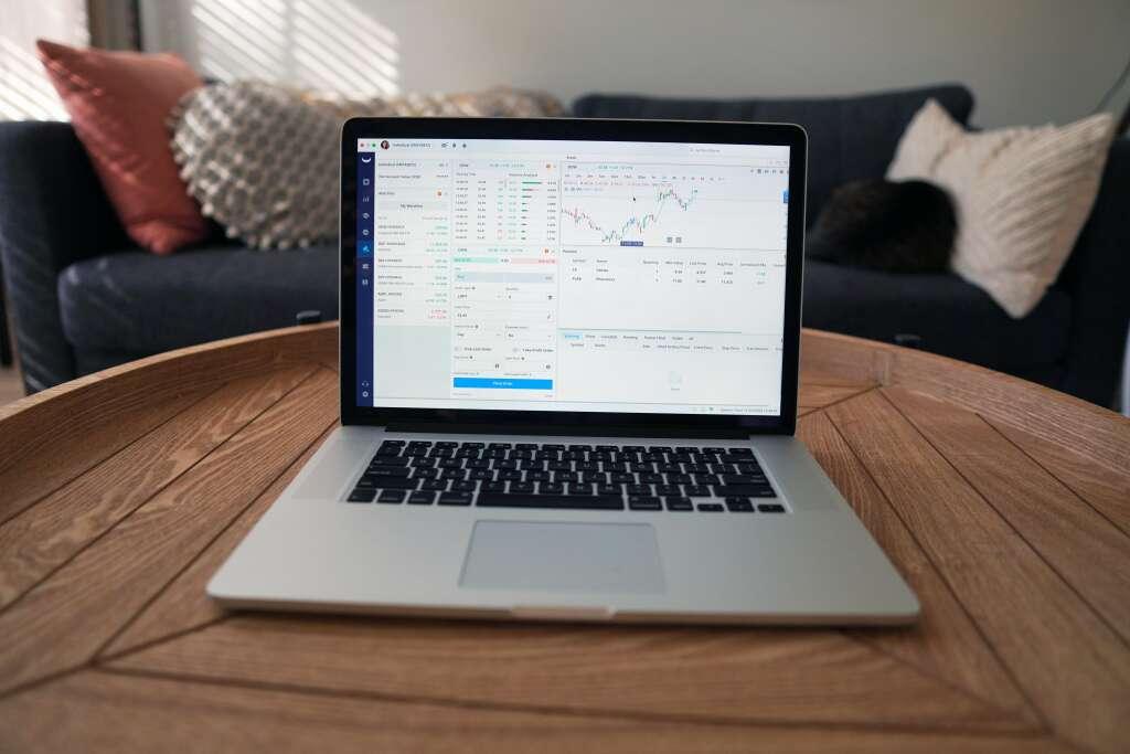 コンピューターの画面に映る株式市場取引チャート