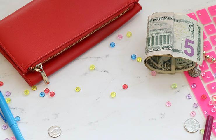 財布とドル札とコイン