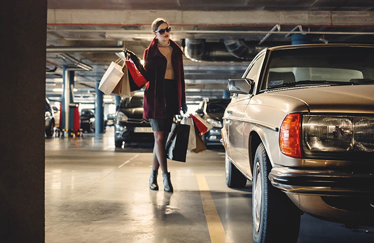 ショップ袋をたくさん持ったショッピング後の消費者女性