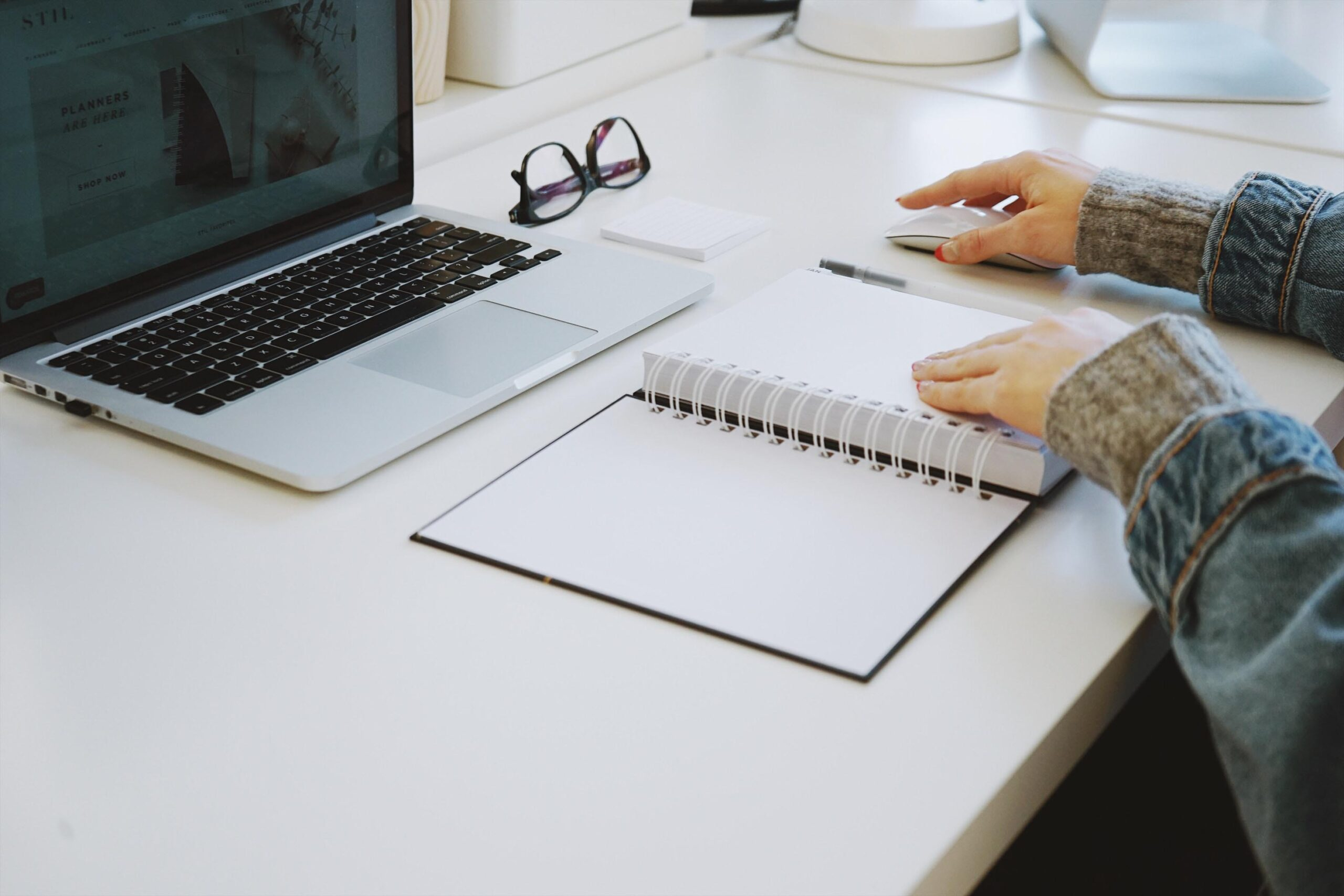 ノートパソコンやノートブックを使ってオンラインで学習している女性
