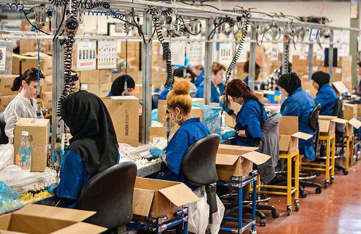 工場でプロダクトを生産している女性従業員たち