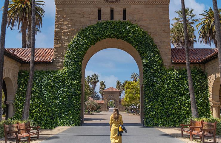 大学前にいる、大学に向かっている生徒