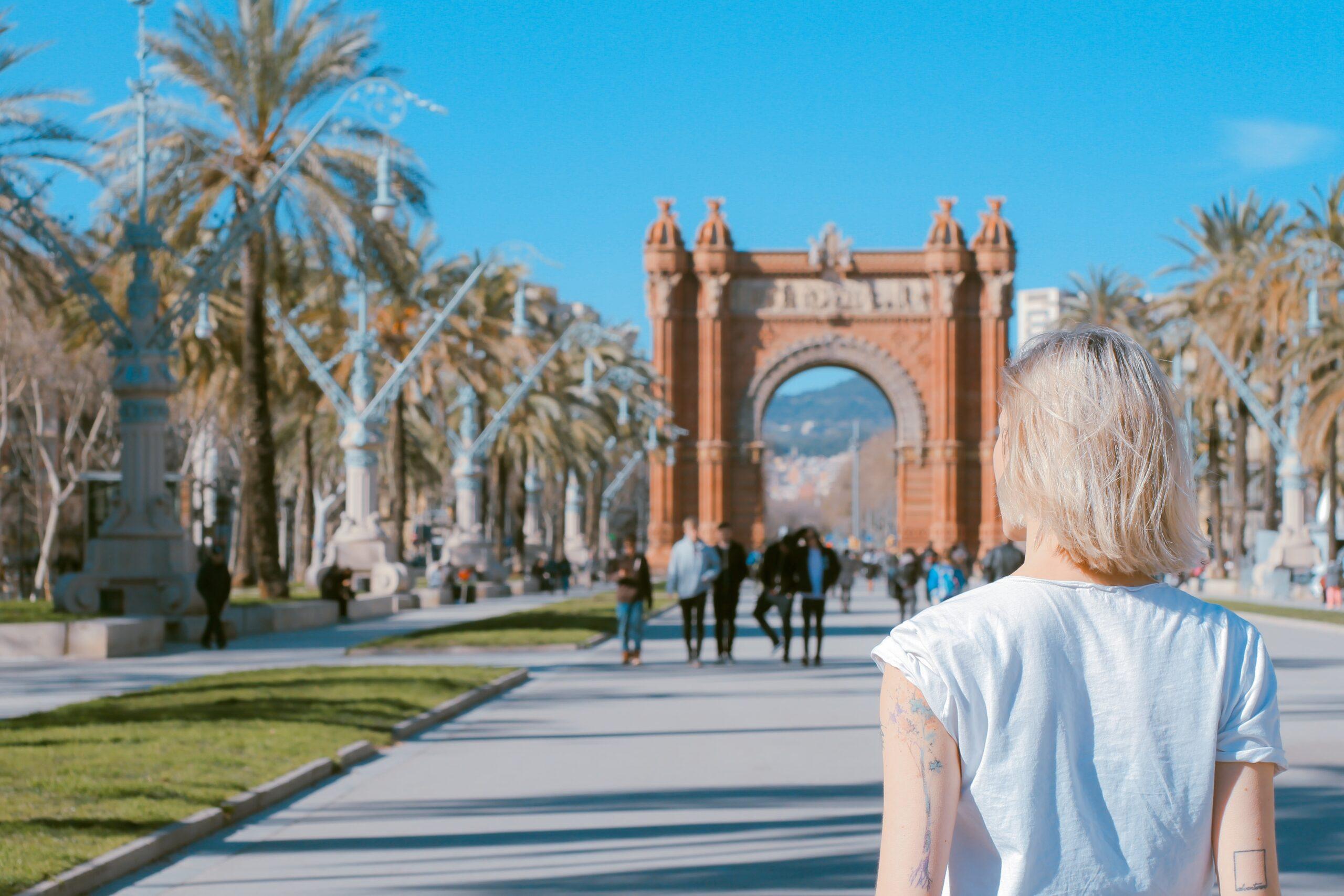 スペイン・バルセロナの凱旋門の前に立っている女性