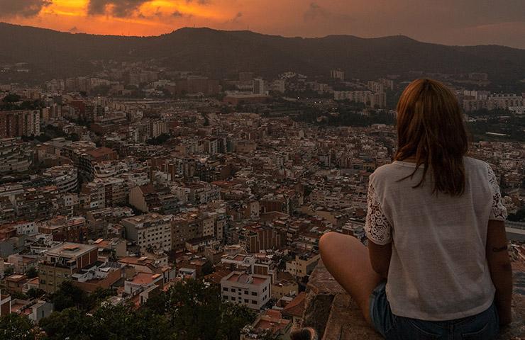 スペイン・バルセロナの美しい風景を眺めている女性