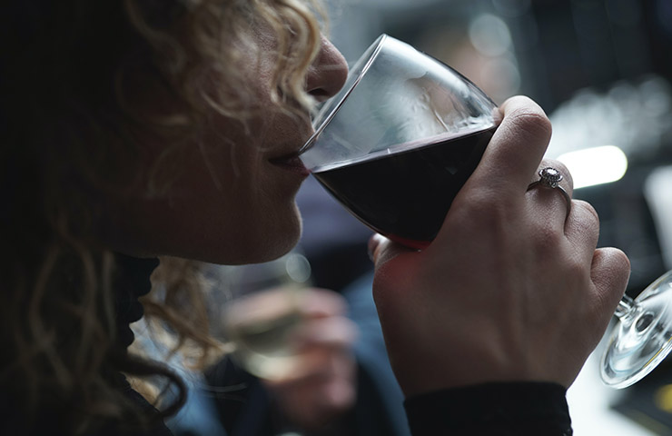 赤ワインを飲んでいる女性