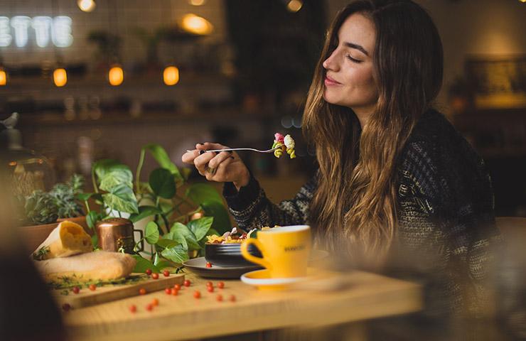 カフェで食事を楽しんでいる女性