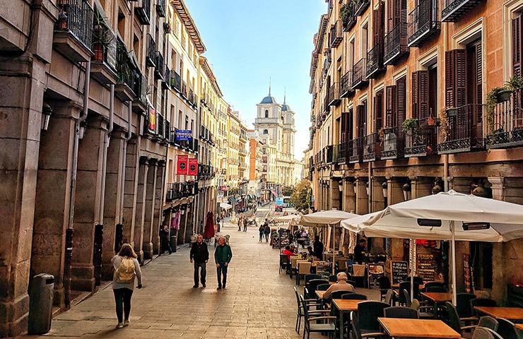 スペイン・マドリードのメインストリートにあるカフェ