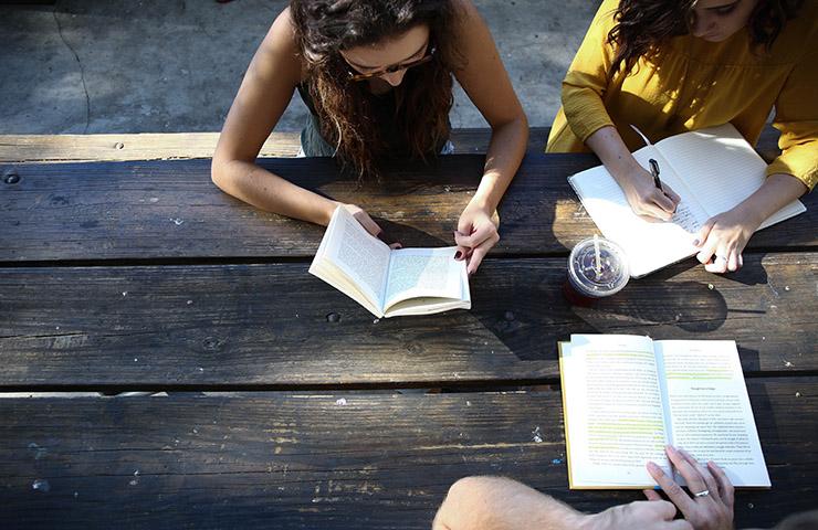 一緒に勉強をしている大学生たち