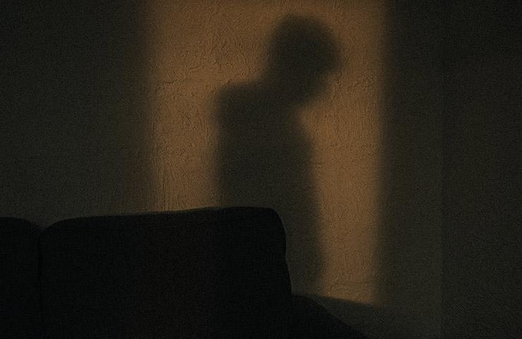 男の人の影
