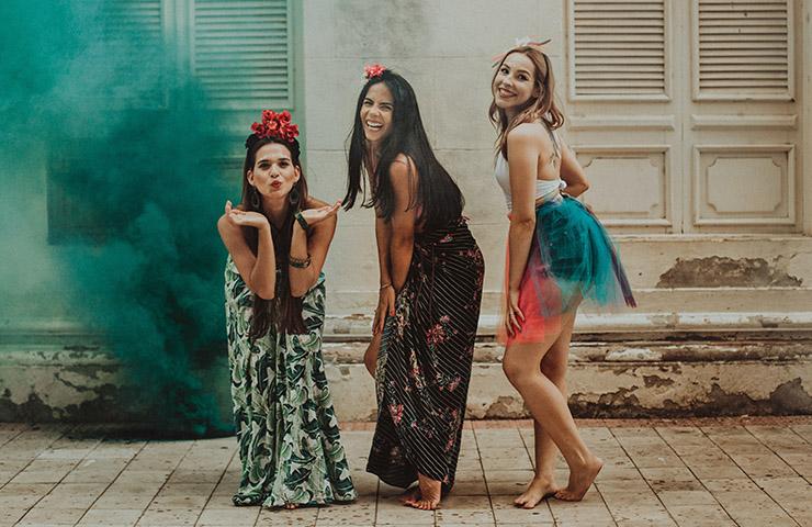 派手な女子3人組