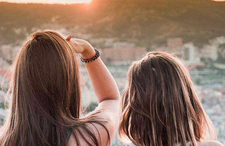 スペインのバルセロナの景色を眺めている女性2人