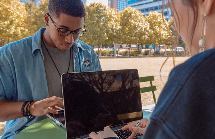 パソコンでオンライン学生をしている大学生たち