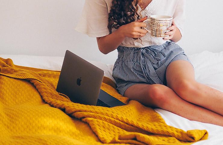 コンピューターと作家の女性