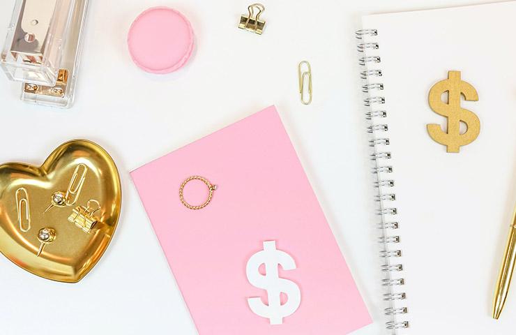 ファイナンスのイメージ(USドルのマークとノートとペン)