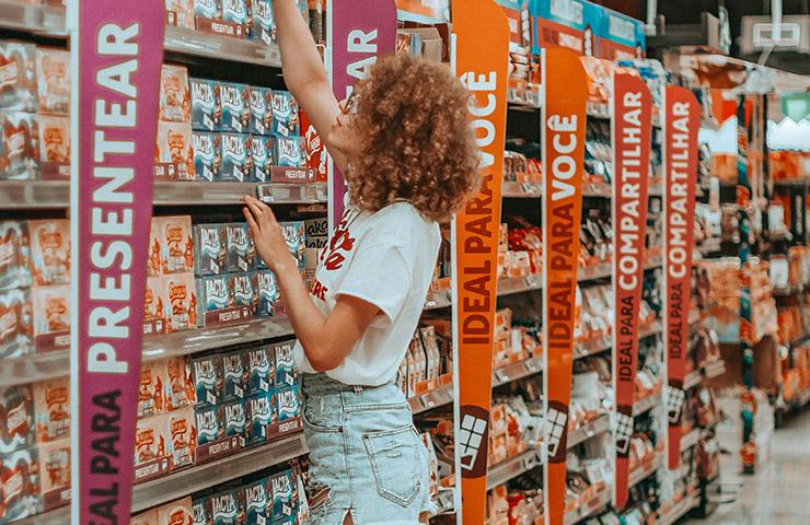 購入する商品を選んでいる消費者女性