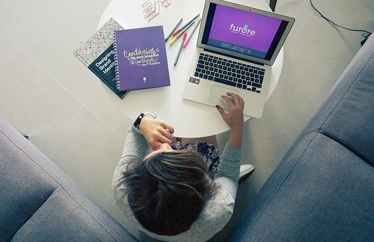 オンラインでクラスを履修している学生
