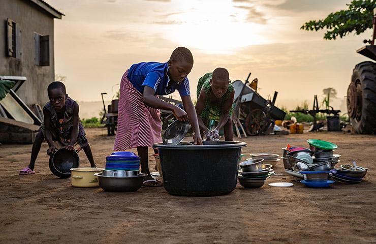 幼いながらに労働をするアフリカの子どもたち