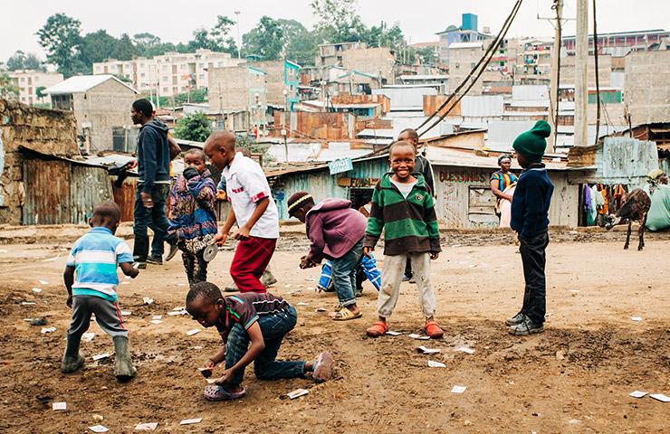 貧困地区で遊んでいる子どもたち