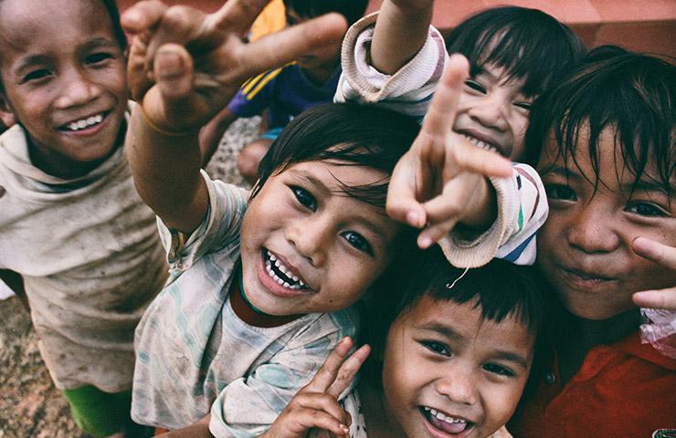 大きな笑顔で笑っている貧困国の子どもたち