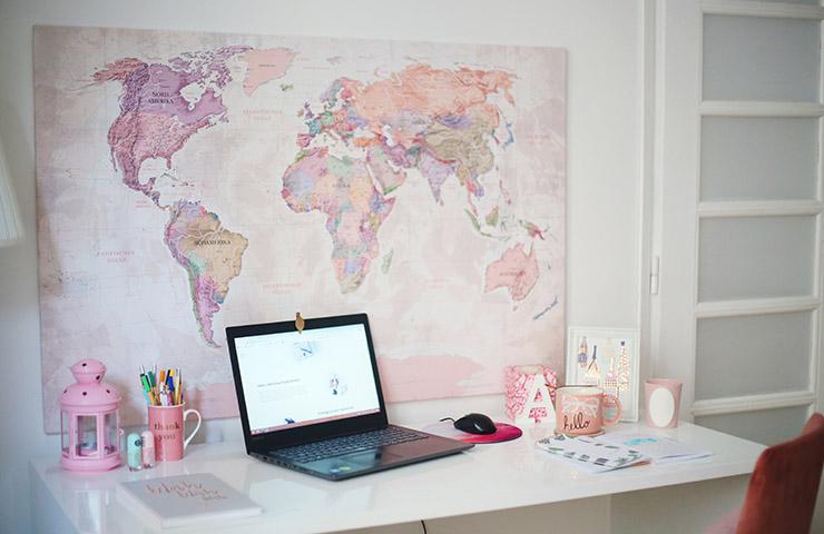 オンライン学習用の勉強机とコンピューター