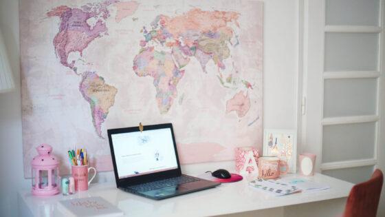勉強机の上にあるコンピューターでオンライン学習をしているイメージ