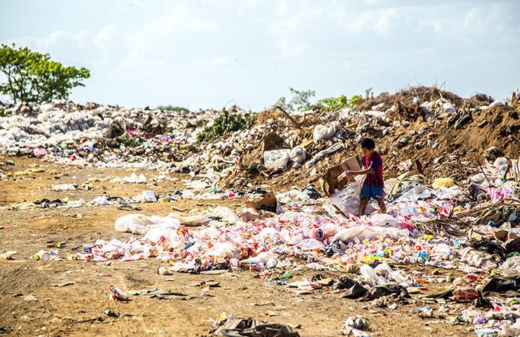 貧困エリアで暮らしている貧困層の少年