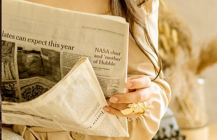 経済新聞を読んでいる女性