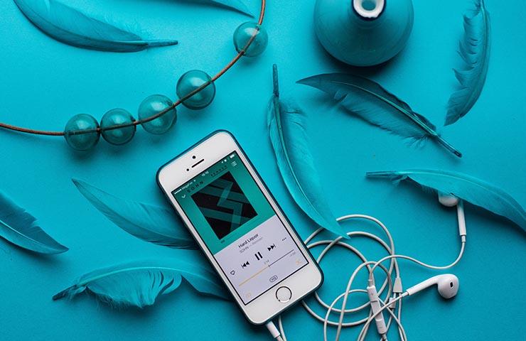 アプリで音楽ストリーミングをしている様子