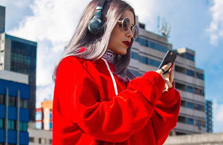 スマホで音楽を聴いている女性