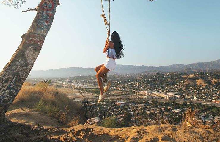 アメリカ・ロサンゼルスでブランコをしている女性