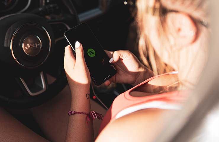 Spotifyを使っている女性