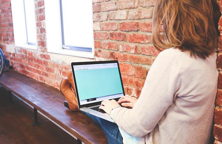 学校でコンピューターで勉強している学生