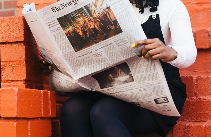 The New York Timesを読んでいる女性