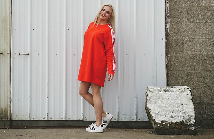 adidasを着ている女性