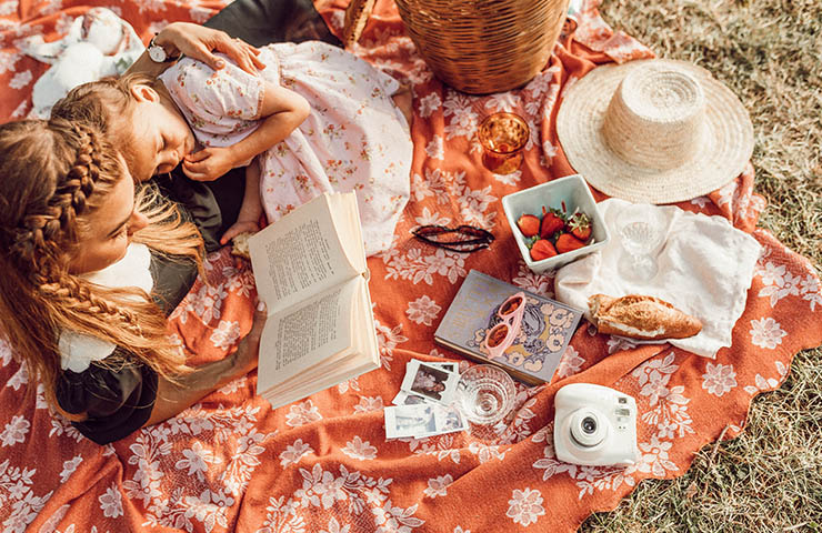 家族で本を読んでいる様子