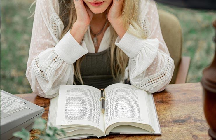 勉強中の女子大学生
