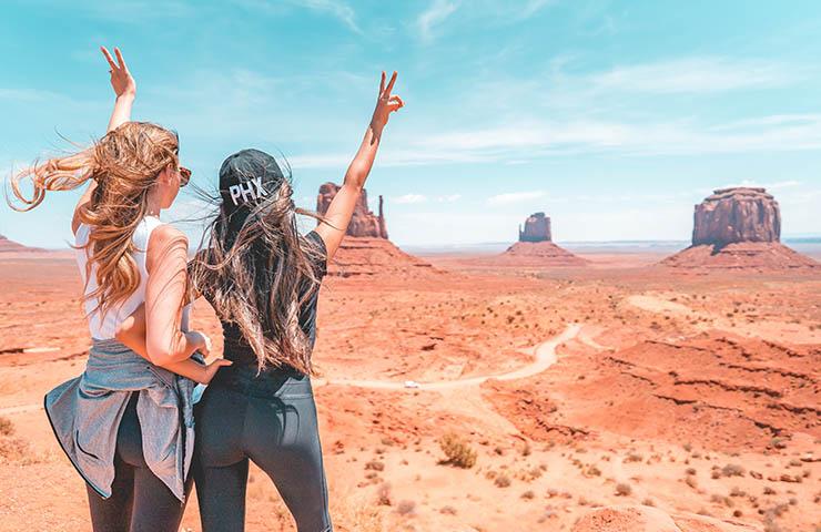 旅行中に観光をしている女性2人