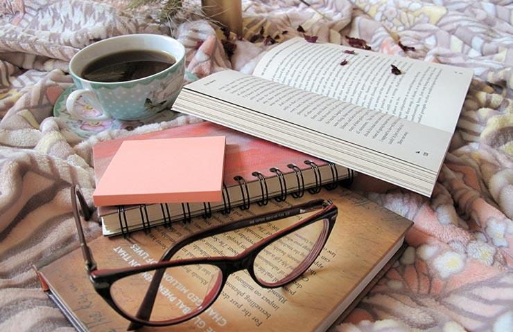 本で勉強している様子
